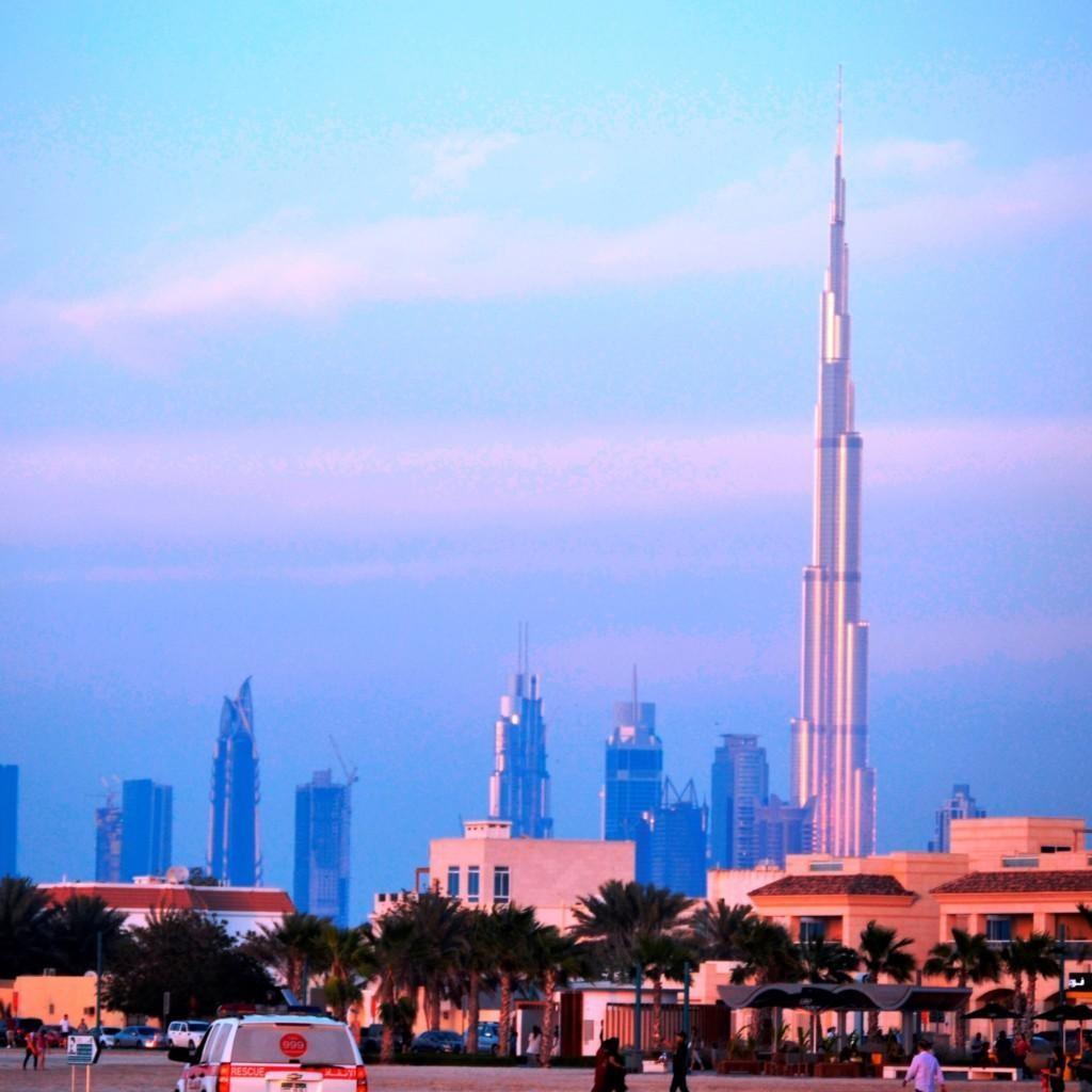 Kaupunkikuvaa Dubain kattojen yltä