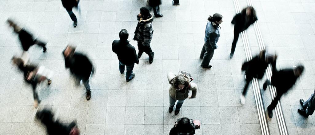 Ihmisiä kävelemässä julkisessa tilassa